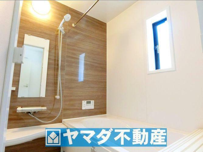 浴室 浴槽にはベンチスペースがあるので半身浴や小さなお子様も座ることができ安心快適です。また節水効果もあります。