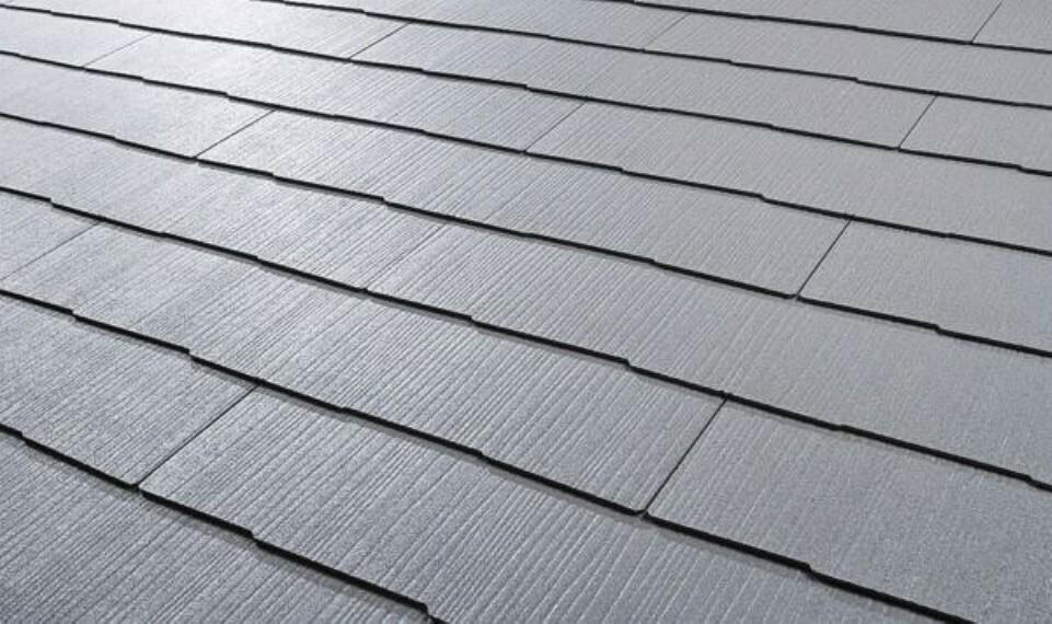 外観に馴染む横一文字葺きデザイン重量は一般的な陶器瓦の1/2以下建物全体の重心を低く抑えられ耐震性に優れますトップコートは耐候性アクリルコートその下に2つの無機層を設け色感をキープします