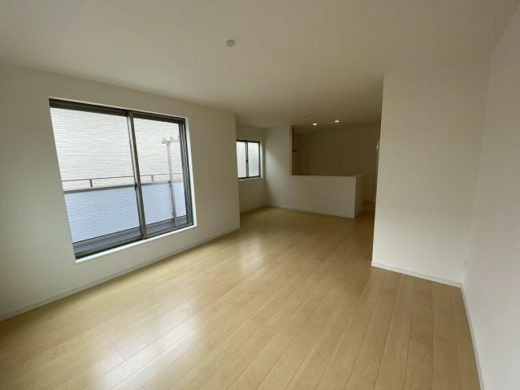 居間・リビング LDK19帖 ダイニングテーブルやソファーを設置しても十分な広さとなっております!