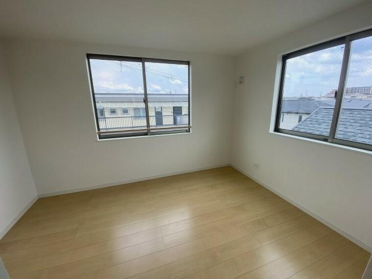 3階6帖 6帖の広さに収納をプラスした使いやすいお部屋です。2面に窓があるので、明るく開放的です!