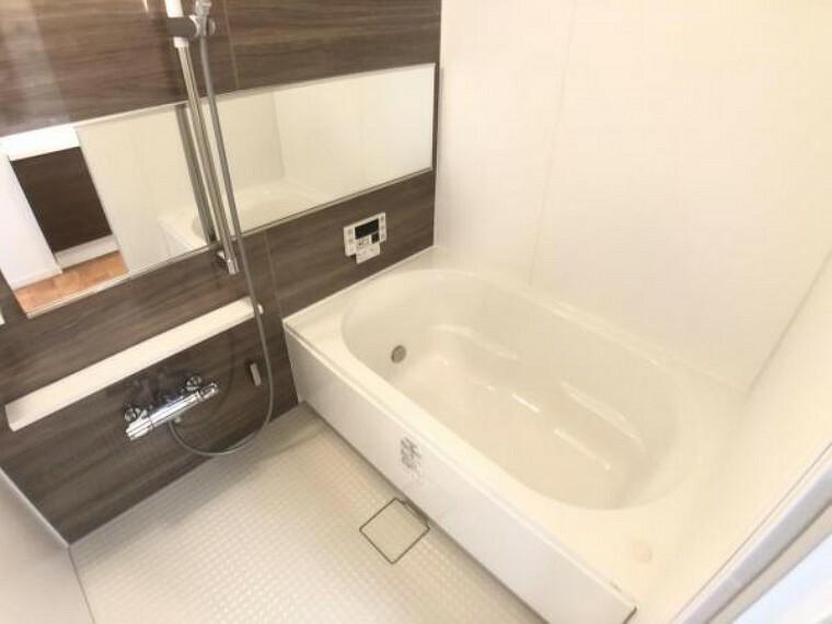 浴室 シックな色合いのバスルーム。ゆったりと足を伸ばせるゆとりある浴槽が一日の疲れを癒してくれます。