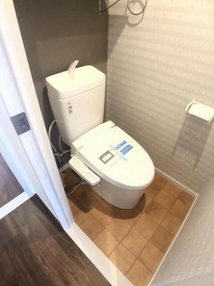 トイレ ウォシュレット付トイレ。ブラウンのアクセントクロスが落ち着いた空間を演出します。