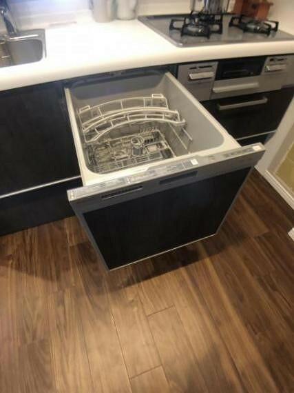 キッチン 節水タイプのビルトイン食器洗い乾燥機付き。高い水温と強い水圧で、頑固な汚れもすっきり落とします