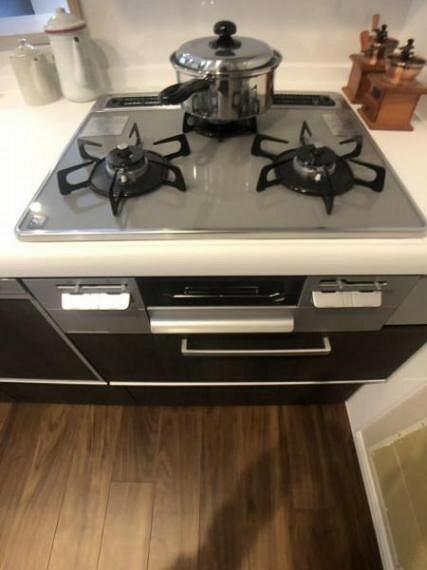 キッチン 見た目に美しく、お手入れしやすいガラストップコンロです。