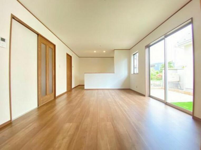 リビングダイニング (リビング)優しい木目調のフローリング!ナチュラルな家具との相性がよさそうですね^^