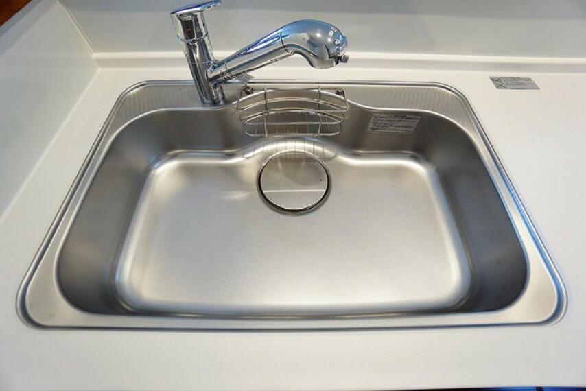 キッチン 広々とした凸型シンクに洗剤ポケットを標準装備。大きなお鍋など洗いやすいです^^洗剤や石鹸、スポンジもすっきりできる収納付き^^