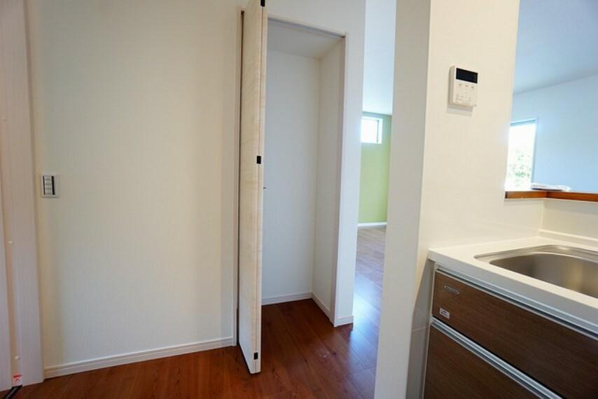 収納 あると嬉しいパントリーです。キッチン周りがすっきり片付きそうですね^^