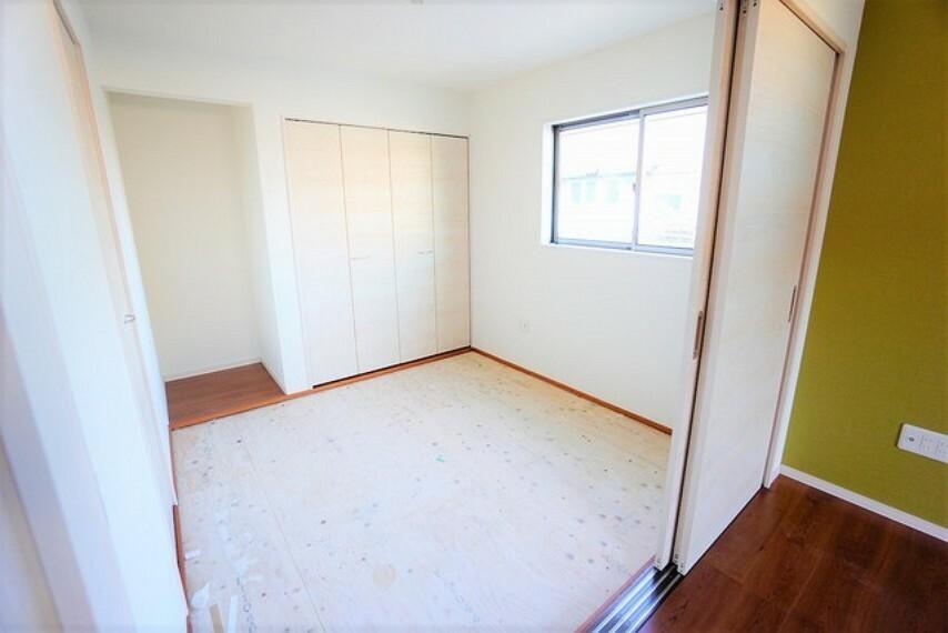 居間・リビング LDKに隣接する和室です。様々な使用用途で活躍しそうです。
