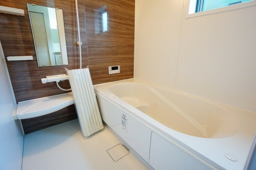 浴室 1坪サイズの浴室は、足をのばしてリラックスできます。浴室乾燥機付きなので、雨の日も気にせず洗濯物が干せます。