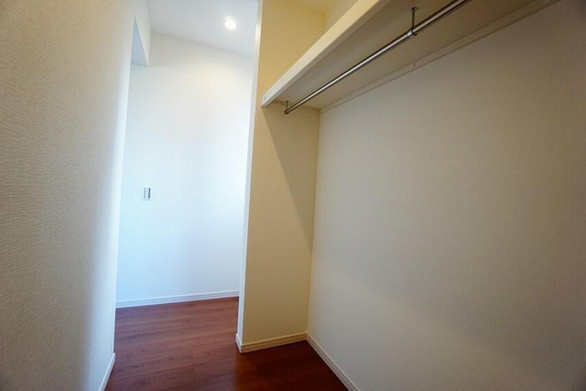 収納 ウォークインクローゼット付きの洋室。スペースも広く、毎日のコーディネートが楽しくなります^^
