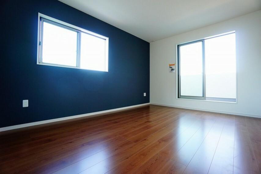 洋室 デザインクロスが2階洋室の雰囲気を上品に仕上げています^^お気に入りの本棚を置いた書斎としてもおすすめです^^