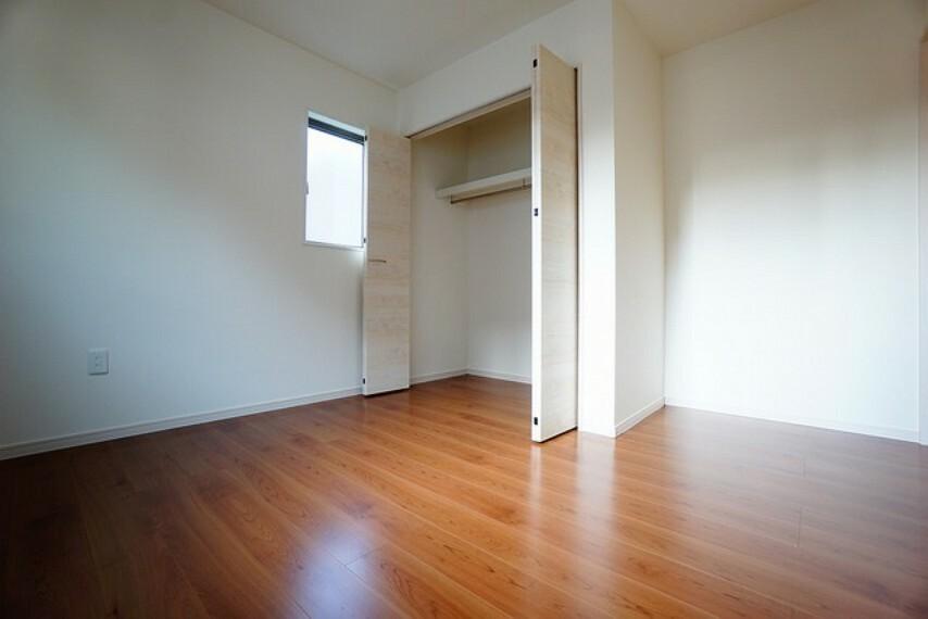 洋室 大きめのクローゼットがついた使いやすい洋室です^^すっきりと整理整頓できるので気持ちよくすごせますね^^