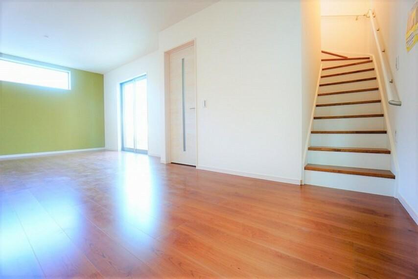 居間・リビング リビング階段になっているので、家族と顔を合わせる機会が増え、ご家族との距離がグッと縮まりますよ^^