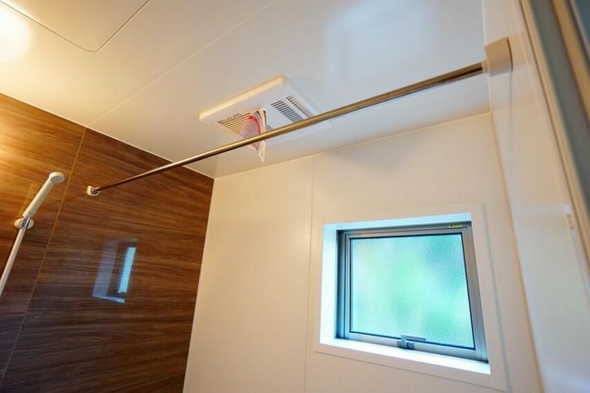 浴室 浴室にはランドリーポールもついているので雨の日のお洗濯物干しも安心ですね^^