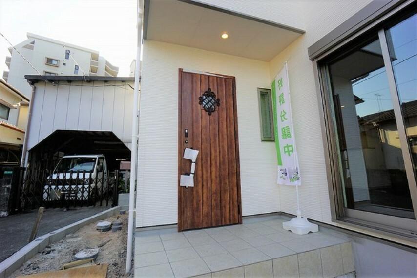 玄関 木目調がとてもお洒落な玄関ドアです^^素敵なお家の顔になりますね^^