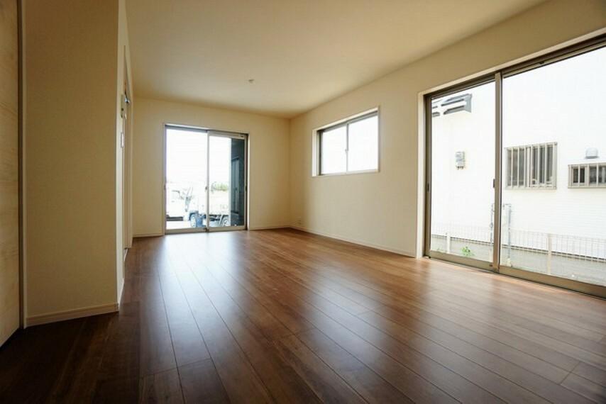 居間・リビング 大きな窓のあるリビングは、陽光あふれる明るい空間です。居心地良く、ご家族皆がゆったり寛げる憩いの空間となりそうです^^