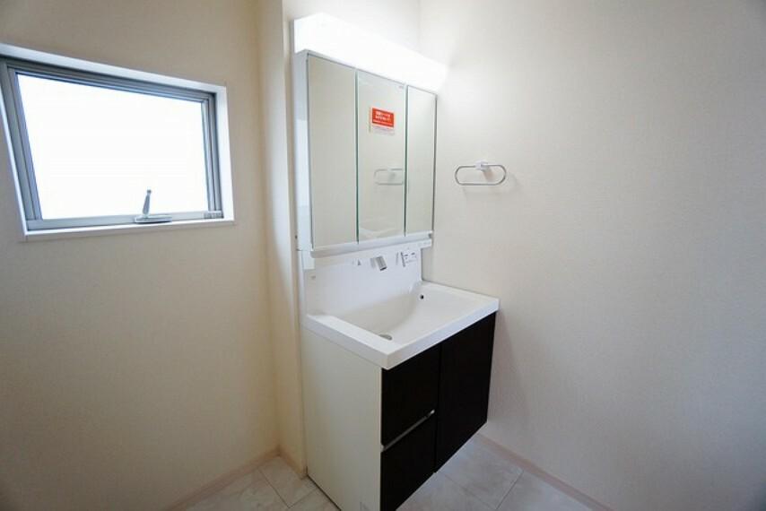 洗面化粧台 シャンプードレッサー、三面鏡全収納など、使いやすさを盛り込んだ洗面化粧台です。
