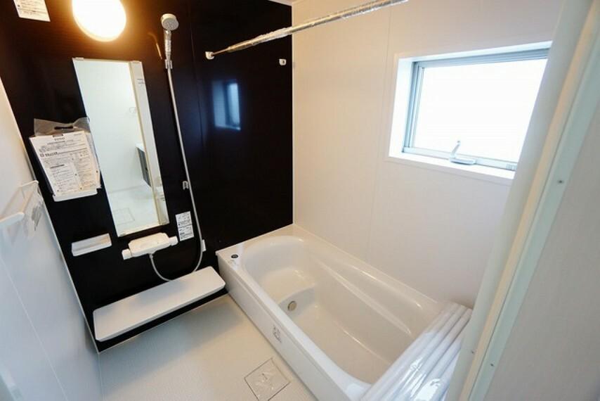 浴室 1日の疲れを癒すくつろぎのバスルーム。足を伸ばしてもゆったりと入れるサイズです。お子様と一緒にお風呂に入っても狭くないですね(^^