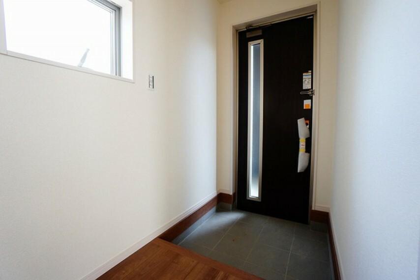 玄関 採光も考えられた明るい玄関です。