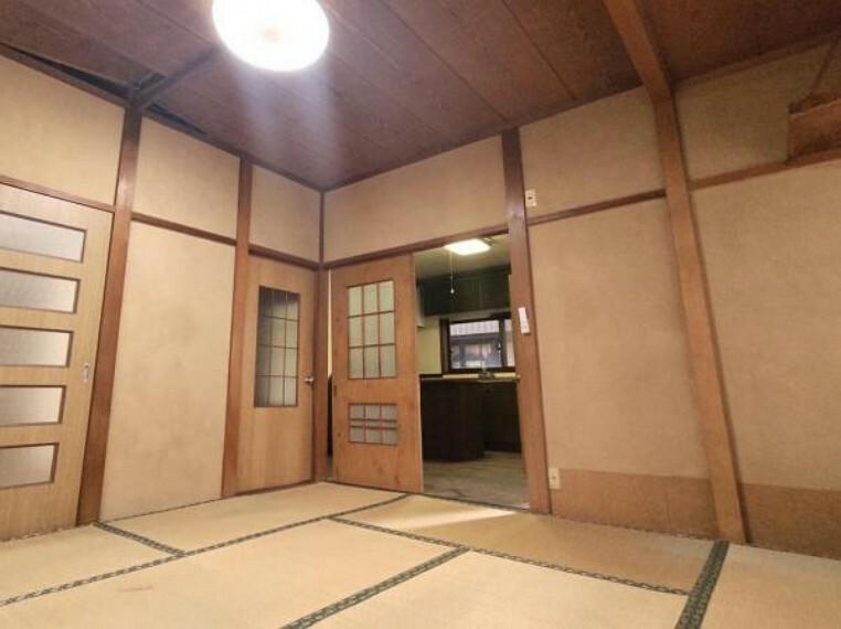 和室 【リフォーム中】一階和室8帖です。隣のダイニングと繋げてリビングに変更予定です。床はフローリング、壁はクロスの張替えを行い清潔感のある仕上がりにします。