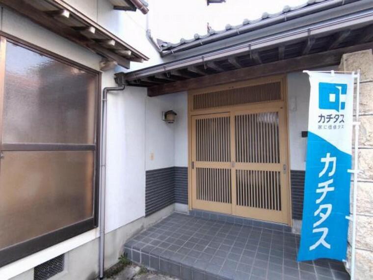玄関 【リフォーム中】玄関ポーチは、照明交換、木部塗装、インターホン新設を予定しております。ポーチ屋根があるので、雨の日の鍵の開け閉めも安心ですね。