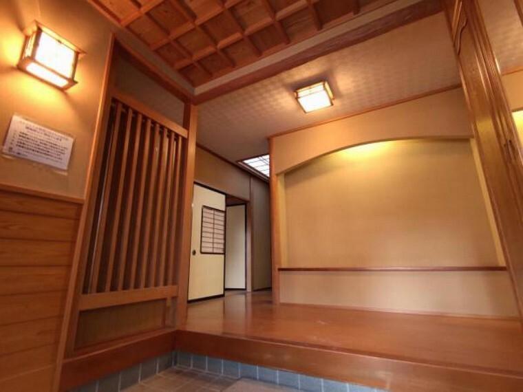玄関 【リフォーム中】玄関は、クロス張替え、手すり新設を予定しております。2帖以上ある広々とした玄関は、和風住宅ならではの良さを生かしてリフォームを行います。