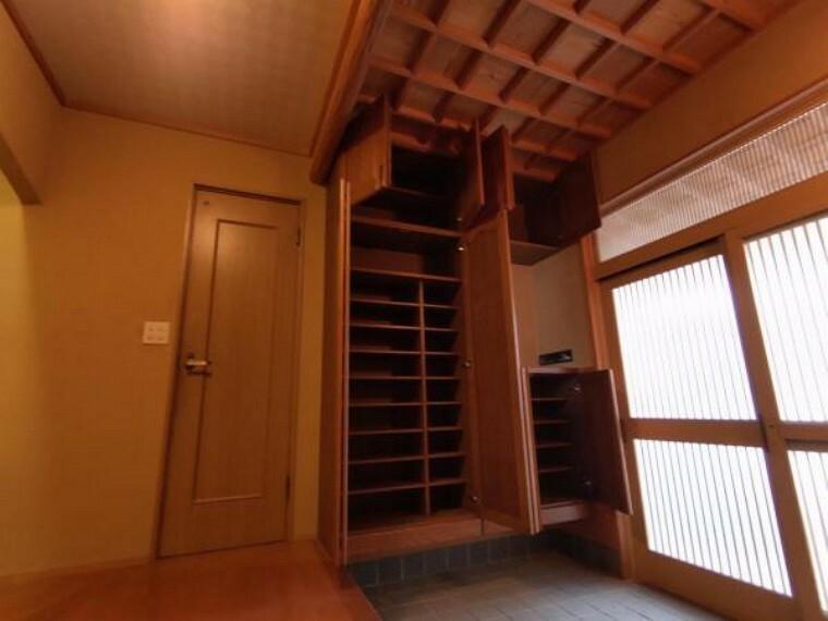 和室 【リフォーム中】シューズボックスはクリーニング予定です。容量たっぷりなので、玄関がスッキリ片付きますね。