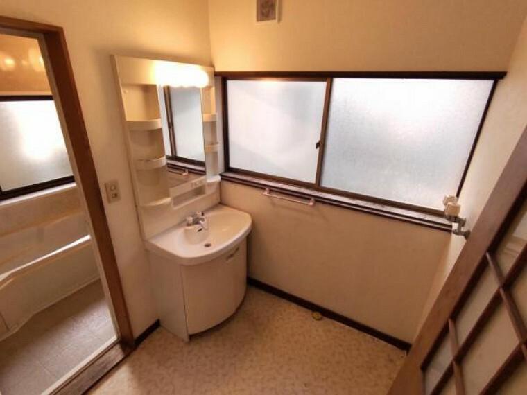 脱衣場 【リフォーム中】既存の洗面台は撤去し、LIXIL製の洗面化粧台を新設予定。クロス張替え、鍵付き建具に交換、クッションフロア張り、照明交換、換気扇交換、止水栓新設を予定しております。浴室と隣接しているので、脱いだ服をそのまま洗濯機へポン。家事の時間も短縮できますね。