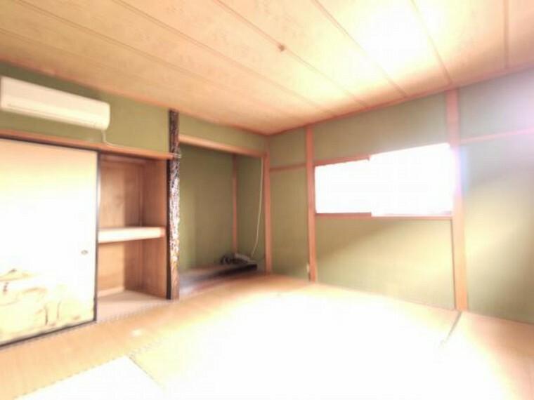 洋室 【リフォーム中】2階9帖和洋室に間取変更予定のお部屋です。クロス張替え、照明交換、床クッションフロア張りを予定しております。ご夫婦の主寝室にいいですね。