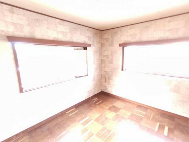 洋室 【リフォーム中】2階6帖洋室です。クロス張替え、床クッションフロア張り、照明交換を予定しております。北側に位置していますが、2面採光で風通しがいいお部屋ですよ。