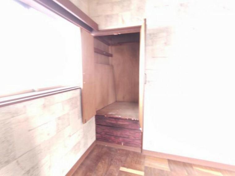収納 【リフォーム中】2階6帖洋室にある物入です。コンパクトでも収納があると便利です。
