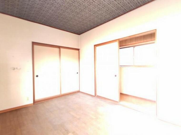 洋室 【リフォーム中】2階5.5帖洋室に間取変更予定のお部屋です。クロス張替え、床クッションフロア張り、照明交換、クローゼット新設を予定しております。子供部屋にピッタリです。