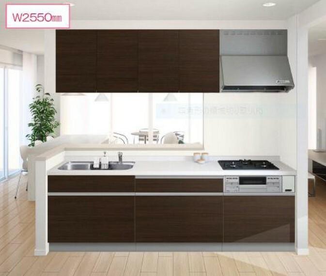 【同仕様写真・キッチン】キッチンは位置を変更しカウンターキッチンに変更します。キッチン収納は吊り戸と合わせて食器も保存食品も収納十分、リビングからの料理の様子もご覧いただけます