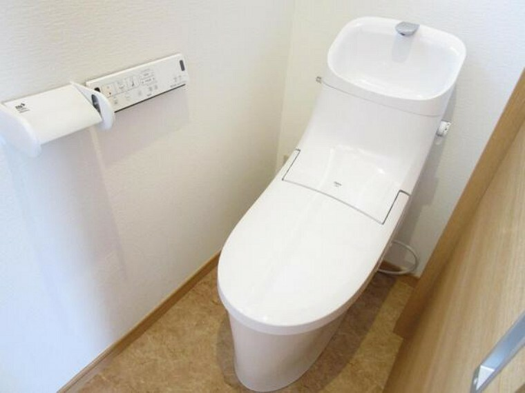 【同仕様写真・トイレ】トイレは1階と2階に設置されております。2階に2部屋あるのでトイレが2つあるのはとても便利です。もちろん便器新品交換で、リクシル製を採用しています。