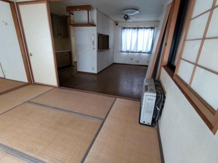 居間・リビング 【リフォーム中】リビングの写真です。手前の和室とつなげ、フローリングを張ります。壁紙、床材の張り替え、照明交換、神棚撤去を行います。