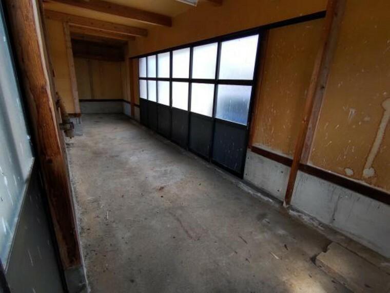 駐車場 【リフォーム中】車庫内部の写真です