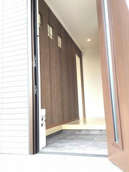 玄関 ステンドガラスを設置した玄関ホール