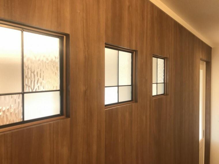 玄関 3枚のステンドガラスがアクセントの玄関ホール(2021年3月7日撮影)