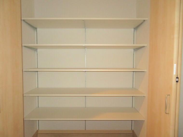収納 高さが変えられる棚がついた収納。整理整頓がしやすいですね。