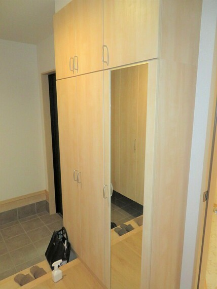 玄関 全身が映る鏡があるシューズボックス。お出かけ前の身だしなみチェックに使えますね。