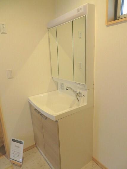 洗面化粧台 三面鏡がついた洗面台です。