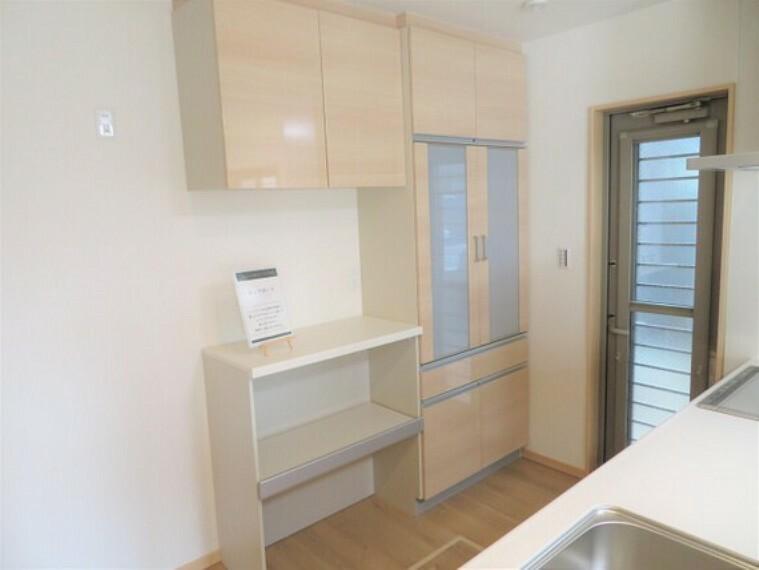 収納 キッチンにはカップボードがあります。食器や調理器具をスッキリ収納出来ます。