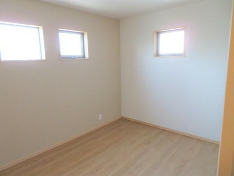 二面採光の明るいお部屋。