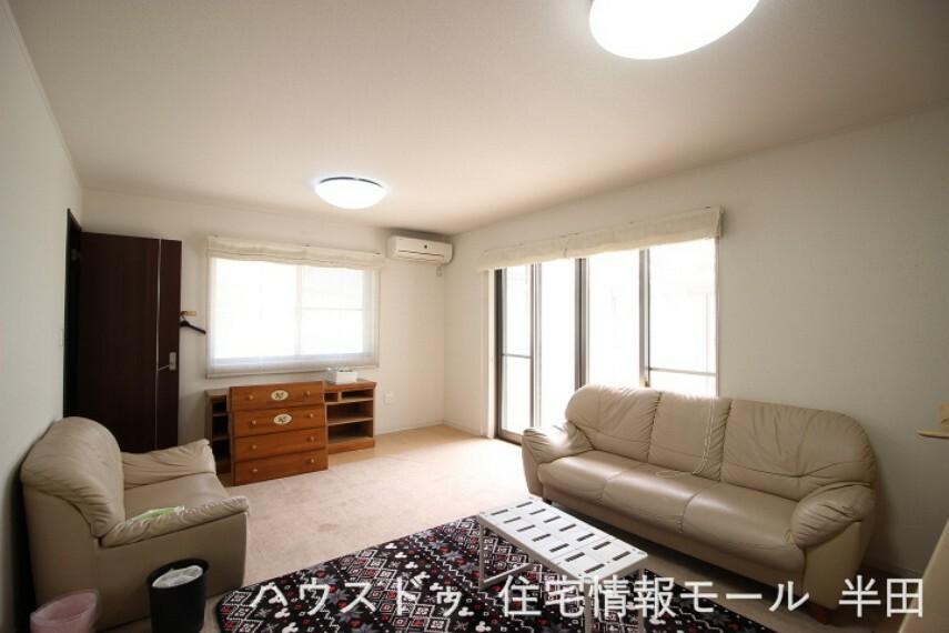 居間・リビング 16帖のLDK たっぷりの光を取り込む明るい空間