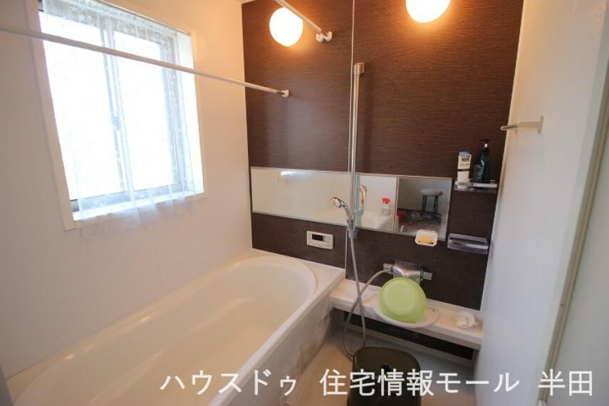浴室 温かみのあるバスルーム 一日の疲れを癒してくれます