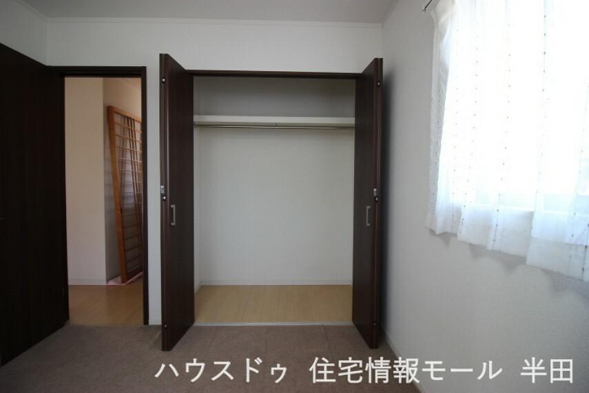 洋室 北向6帖洋室のクローゼット ワンピースやコートも掛けられるハンガーパイプ付