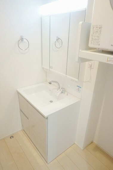 洗面化粧台 3面鏡シャンプードレッサーの鏡裏には毎日使う化粧品や整髪料、下の収納部分にはストック用の洗剤などたっぷり収納できます。