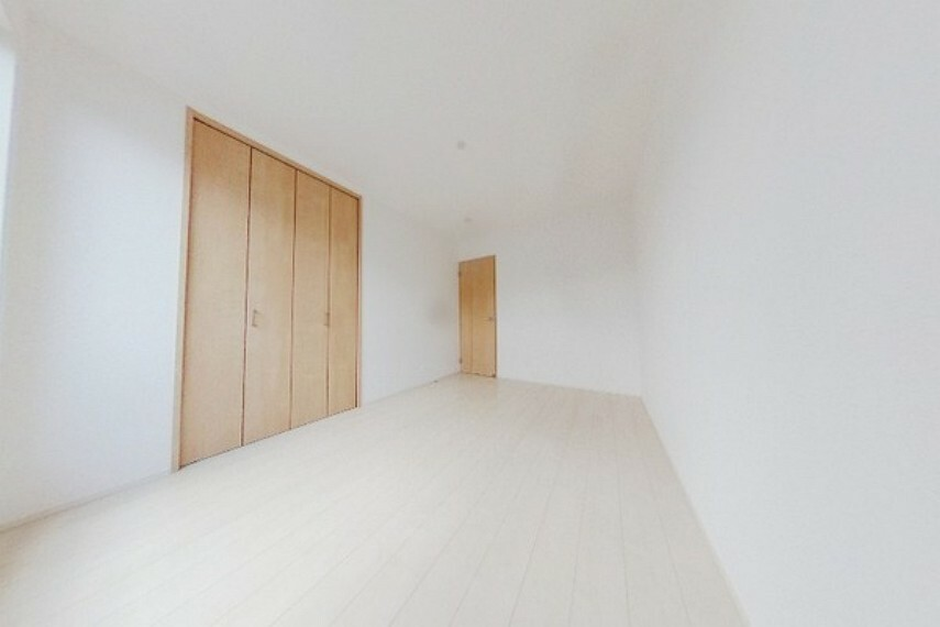 洋室 明るい陽射しの入るお部屋です。 ガラスはLow-Eガラスを採用。遮熱性・断熱性に優れております。冷暖房効率が上がります。
