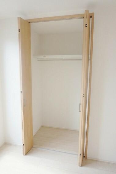 収納 2階の全居室に収納スペースを完備。クローゼットタイプはコートも掛けられます。これまで折りたたんでいたお洋服も引っ掛けられるので、手間が減りますよ。