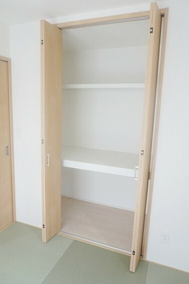 収納 和室にも収納スペースがあるのが助かります。1階に収納スペースがあるだけで家事軽減や見せたくないものの収納場所の手助けとなります。